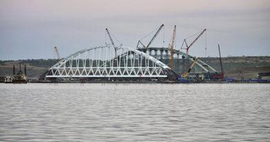 Более сотни специалистов и десяток судов участвуют в операции по транспортировке арки Крымского моста