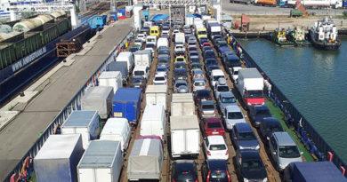 Более 1,5 тысячи автомобилей и почти 3 тысячи человек ожидают в Крыму очереди на паром через Керченский пролив
