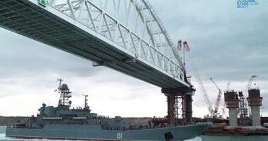 pod-zheleznodorozhnoj-arkoj-mosta-v-krym-proshlo-bolee-550-sudov