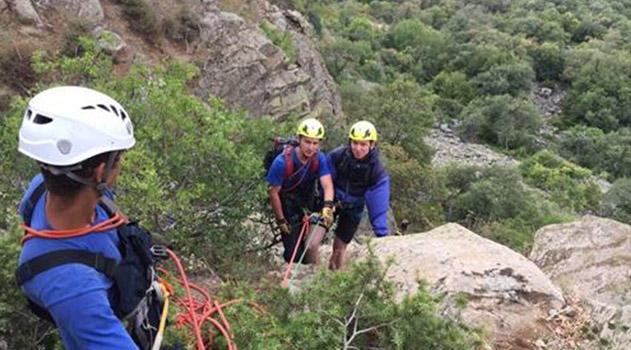 spasateli-evakuirivali-turista-s-obryva-skalnogo-massiva-gory-ayu-dag