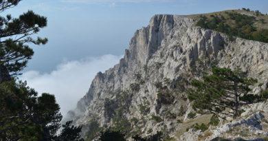 v-gorah-nad-yaltoj-spasateli-evakuirovali-odnogo-turista-so-skaly-a-eshhe-treh-razyskivali-pochti-vsyu-noch