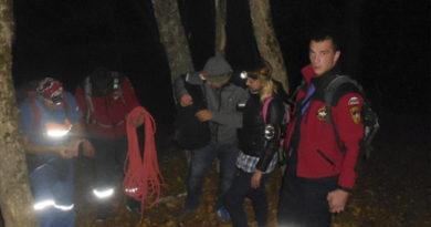 spasateli-za-vyhodnye-evakuirovali-iz-krymskih-gor-pyateryh-chelovek