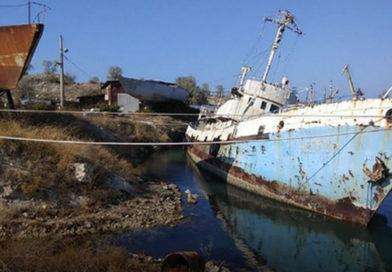 У берегов Севастополя из старого тонущего рыболовецкого судна в Черное море попали нефтепродукты