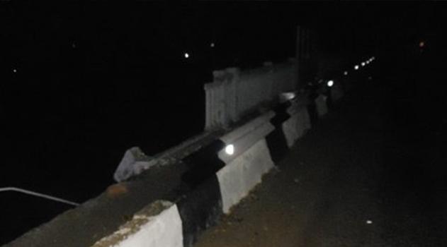 v-krymu-avtomobil-sorvalsya-s-zheleznodorozhnogo-mosta