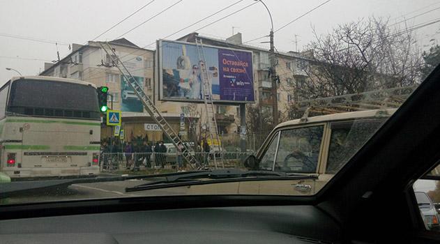 В Симферополе монтажник билборда упал с лестницы
