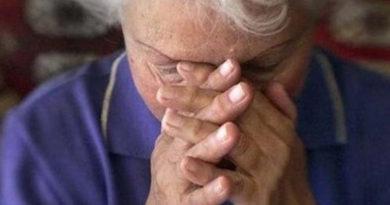 v-simferopole-muzhchina-slomal-dva-rebra-rodnoj-materi-pensionerke