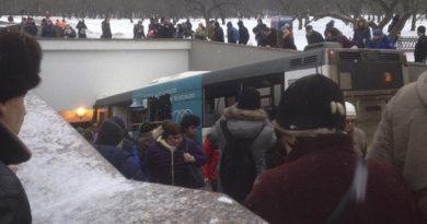 v-moskve-avtobus-vehal-v-podzemnyj-perehod-est-pogibshie