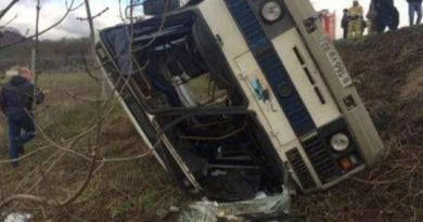 avtobus-s-passazhirami-v-krymu-perevernulsya-po-vine-voditelya-mchs
