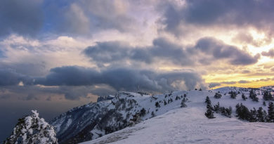 rebenok-upal-v-zasypannuyu-snegom-yamu-na-aj-petri