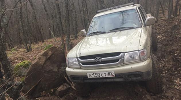 v-krymskih-gorah-evakuirovali-zavisshij-nad-propastyu-pikap