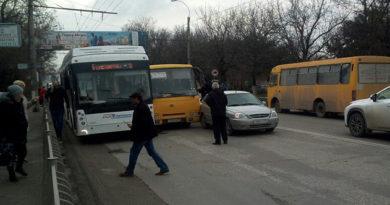 dva-avtobusa-i-legkovushka-ne-podelili-dorogu-v-simferopole