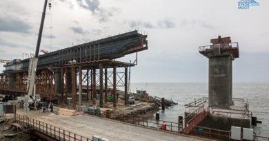 stroiteli-pristupili-k-ustrojstvu-zheleznodorozhnyh-proletov-krymskogo-mosta