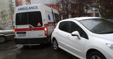 v-simferopole-priparkovannye-vo-dvore-mashiny-pomeshali-skoroj-zabrat-patsienta