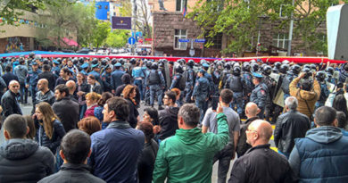 v-armenii-protestuyushhie-perekryli-trassu-i-sobirayutsya-na-novyj-miting