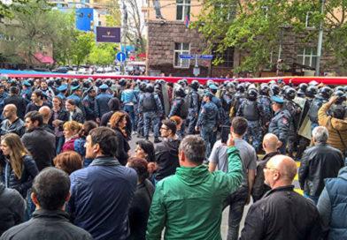 В Армении протестующие перекрыли трассу и собираются на новый митинг