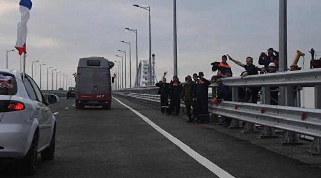 v-pervyj-chas-po-krymskomu-mostu-proehali-bolee-tysyachi-mashin