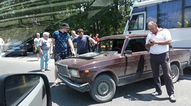 na-vezde-v-simferopol-stolknulis-vaz-i-avtobus