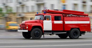 pozharnye-evakuirovali-pyateryh-chelovek-iz-goryashhego-doma-v-alushte