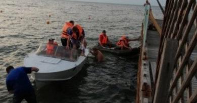 dvoe-v-lodke-i-rebenok-spasenie-turistov-na-vode-v-krymu