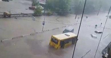 voda-po-kryshu-avto-liven-zablokiroval-transport-vo-lvove