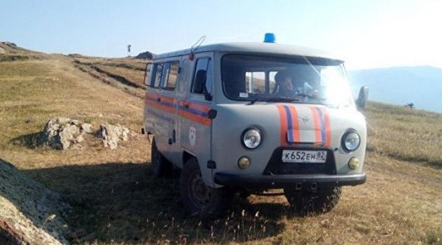 krymskie-spasateli-pomogli-vybratsya-iz-gornoj-mestnosti-troim-avtoturistam-i-pensionerke