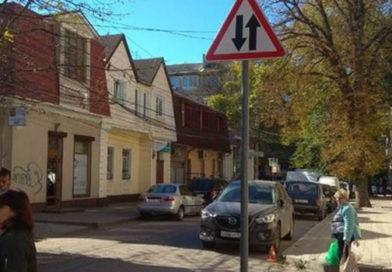 В Симферополе установили новые знаки, ограничивающие движение