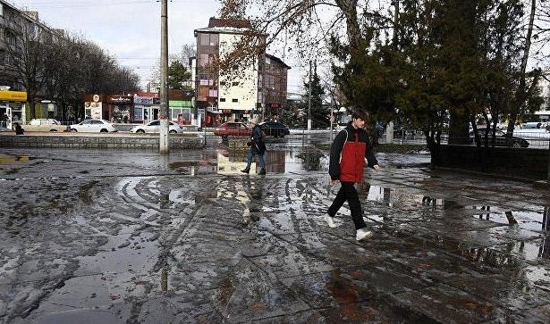 kommunalshhiki-obyasnili-prichinu-zatoplennyh-v-simferopole-trotuarov