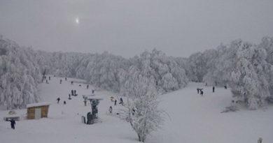 gory-po-koleno-i-laviny-nipochem-turisty-shturmuyut-zakrytuyu-goru-aj-petri