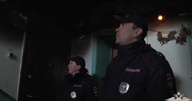v-sevastopole-politsejskie-vyveli-iz-ognya-zhenshhinu-s-rebenkom