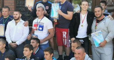 krymskie-lyubiteli-pauerliftinga-razygrali-medali-otkrytogo-chempionata-simferopolya