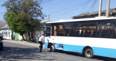 avtobus-i-legkovushka-ne-razminulis-na-perekrestke-v-simferopole