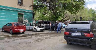 v-tsentre-simferopolya-goreli-dva-avtomobilya