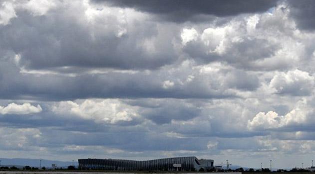 vyletevshij-v-peterburg-samolet-avarijno-sel-v-aeroportu-simferopolya