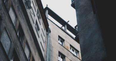 desyatimesyachnyj-rebenok-pogib-v-sevastopole-v-rezultate-padeniya-iz-okna-mnogoetazhki