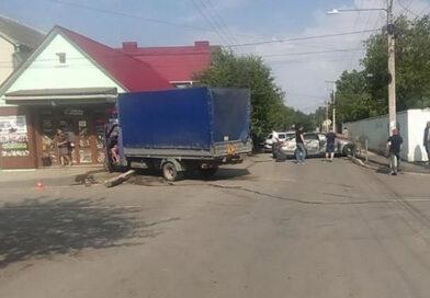 В Крыму грузовик въехал в Mercedes и протаранил магазин